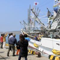 家族らに見送られて公海に出漁するサンマ棒受け網漁船=北海道根室市の花咲港で
