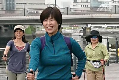 日本ポールウォーキング協会の体験会で。両手のポールを突く動作が足腰だけでなく上半身の運動効果も大きくする=横浜市中区で