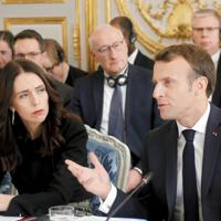 ネットのテロ悪用対策を協議する国際会議に出席したマクロン仏大統領(右)とアーダンNZ首相=パリで15日、ロイター