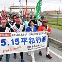 米軍キャンプ・シュワブのゲート前をスタートする平和行進の参加者たち=沖縄県名護市で2019年5月17日午前9時44分、森園道子撮影