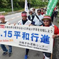 米軍キャンプ・シュワブのゲート前をスタートし、平和への思いを訴えながら歩く参加者たち=沖縄県名護市で2019年5月17日午前9時56分、森園道子撮影