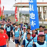 米軍キャンプ・シュワブのゲート前をスタートする平和行進の参加者たち=沖縄県名護市で2019年5月17日午前9時46分、森園道子撮影