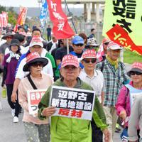 米軍キャンプ・シュワブのゲート前をスタートする平和行進の参加者たち=沖縄県名護市で2019年5月17日午前9時47分、森園道子撮影