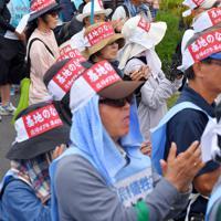 平和行進のスタートを前に、米軍キャンプ・シュワブのゲート前に集まる参加者たち=沖縄県名護市で2019年5月17日午前9時23分、森園道子撮影