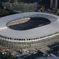 屋根が完成した新国立競技場=東京都新宿区で2019年5月17日、本社ヘリから撮影