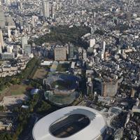 屋根が完成した新国立競技場(手前)=東京都新宿区で2019年5月17日、本社ヘリから撮影