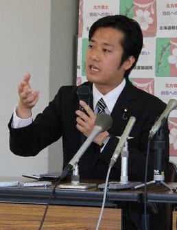 Hodaka Maruyama explains about his remark made during his stay on Kunashiri Island, in this photo taken in Nemuro, Hokkaido, on May 13, 2019. (Mainichi/Hiroaki Honma)