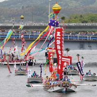 10年に1度行われる日本三大船神事の一つ「ホーランエンヤ」で、鮮やかに装飾され、大橋川をいろどる船団=松江市で2019年5月18日午前11時14分、平川義之撮影