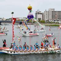 10年に1度行われる日本三大船神事の一つ「ホーランエンヤ」で、鮮やかに装飾され、大橋川をいろどる船団=松江市で2019年5月18日午前10時46分、平川義之撮影