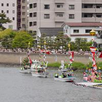 10年に1度行われる日本三大船神事の一つ「ホーランエンヤ」で、鮮やかに装飾され、大橋川をいろどる船団=松江市で2019年5月18日午前10時49分、平川義之撮影