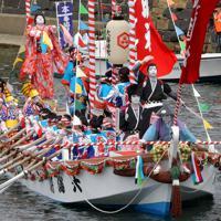10年に1度行われる日本三大船神事の一つ「ホーランエンヤ」で、鮮やかに装飾され、大橋川をいろどる船団=松江市で2019年5月18日午前10時29分、平川義之撮影