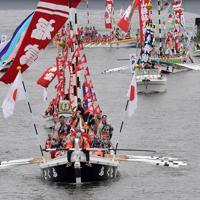 10年に1度行われる日本三大船神事の一つ「ホーランエンヤ」で、鮮やかに装飾され、大橋川をいろどる船団=松江市で2019年5月18日午前11時19分、平川義之撮影