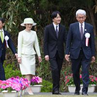 第30回全国「みどりの愛護」のつどいで記念植樹の会場に到着された秋篠宮ご夫妻=鳥取市で2019年5月18日午前11時46分、加古信志撮影