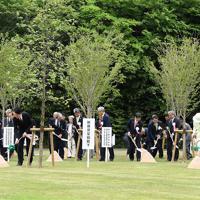 第30回全国「みどりの愛護」のつどいで記念植樹をされる秋篠宮ご夫妻=鳥取市で2019年5月18日午前11時48分、加古信志撮影