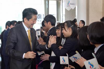 ハイタッチする安倍首相。古井氏は「やっぱり握手は大事」だという=2019年4月、POTETO提供