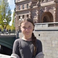 「学校ストライキ」を始めたスウェーデン国会前の広場に立つグレタ・トゥーンベリさん=ストックホルムで2019年5月17日午後1時37分、八田浩輔撮影