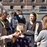 活動を支持する人たちと話をするグレタ・トゥーンベリさん(右)=ストックホルムで2019年5月17日午後1時51分、八田浩輔撮影