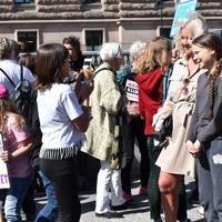 支持者と一緒に写真を撮るグレタ・トゥーンベリさん(右)=ストックホルムで2019年5月17日午後1時53分、八田浩輔撮影