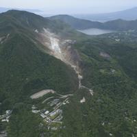 2015年撮影の箱根山。右上は芦ノ湖=神奈川県箱根町で、本社ヘリから
