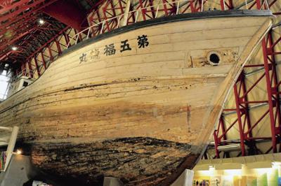 第五福竜丸が展示された館内=東京都江東区夢の島2で