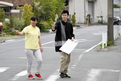 マミーズファミリーが運営する「キッズパオ日吉あおぞら園」周辺の散歩ルートを点検するスタッフたち=横浜市港北区で、根岸基弘撮影