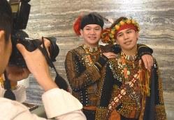 同性カップル向け写真館「尚典」で結婚写真を撮影するサキザヤ族のカイヨーさん(右)とアミ族のイゾーさん=台北市で2019年3月15日、福岡静哉撮影