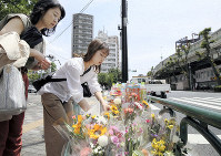Residents are seen laying flowers at the scene of an accident that took the lives of a mother and daughter one month ago in Ikebukuro, Toshima Ward, Tokyo, on May 18, 2019. (Mainichi/Tatsuro Tamaki)