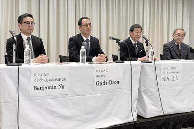 東京都内で会見するCISACのガディ・オロン事務局長(左から2番目)