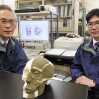 県警科学捜査研究所法医係の緑川順さん(左)と中沢尊幸さん(右)=前橋市江田町で