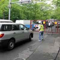 県道の通行止めのゲートが開かれ、車で大涌谷園地に向かう事業者