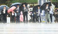 Commuters heading to school and work are seen braving heavy rain in Shinjuku Ward, Tokyo, on May 21, 2019. (Mainichi/Daiki Takikawa)