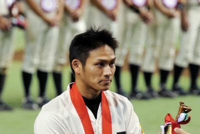 2012年の都市対抗で準優勝し、若獅子賞に選ばれ表彰されるJR東日本時代の田中=東京ドームで2012年7月24日、宮間俊樹撮影