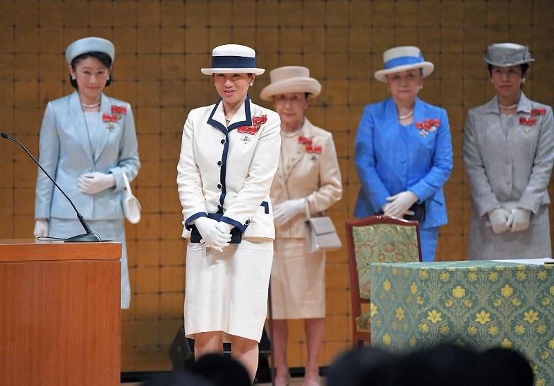 信子さま 雅子さまのドレスと同じドレスでかぶせてきた皇族は誰?歌会始の儀 の珍事に関係者は唖然! 皇室情報チャンネル