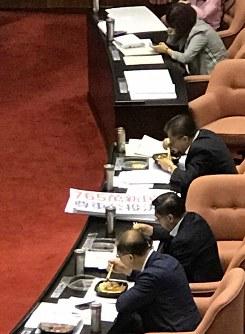 本会議場で討論・採決の最中に弁当を食べる台湾の立法委員(国会議員)たち。奥の女性議員はスマホで調べものをしている=台北市の立法院(国会)で2019年5月17日12時15分、福岡静哉撮影