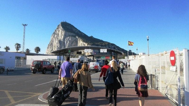 スペイン側からジブラルタルへは多くの通勤者が毎日歩いて国境を越える(写真は筆者撮影)
