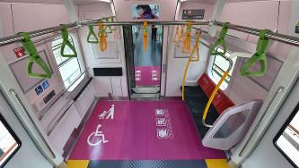 車椅子やベビーカーも利用しやすいように設けられたJR山手線のフリースペース=東京都品川区の東京総合車両センターで2015年3月28日、宮間俊樹撮影