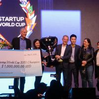 世界35カ国・地域の代表企業が参加したコンテストの表彰式。優勝したベトナムのベンチャー企業の代表者(左から3人目)にトロフィーと賞金が贈られた=米サンフランシスコで5月17日、中井正裕撮影
