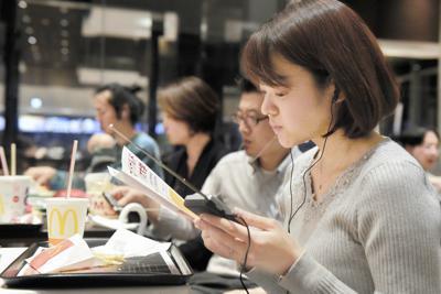 マクドナルドラジオ大学のリハーサルでラジオを通して講義を聞く参加者=東京都港区で、滝川大貴撮影