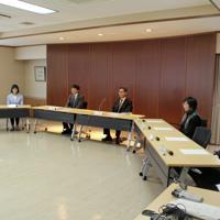 裁判員経験者(右から1、2、5、6人目)らが集い、制度の改善点などを話し合った=盛岡市内丸の盛岡地方裁判所で、代表撮影