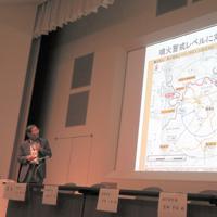 ジオパーク推進協議会総会で火山・地震活動について報告する加藤所長=神奈川県小田原市の生命の星・地球博物館で