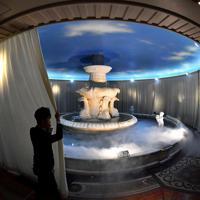 撤去作業が始まった日、白い幕で覆われる「泉の広場」の噴水=大阪市北区で、小松雄介撮影