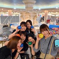 泉の広場で記念撮影をする女性たち。半世紀にわたり多くの人に親しまれてきた=大阪市北区で、小松雄介撮影