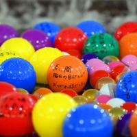 お別れイベントで噴水に浮かべたカラーボールに書かれたメッセージ=大阪市北区で、小松雄介撮影