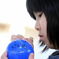 「なんねんかんもありがとう」とメッセージを書き込む女の子=大阪市北区で、小松雄介撮影
