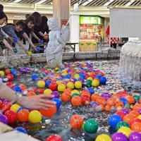 訪れた人たちが、次々とメッセージを書いたボールを噴水に浮かべていた=大阪市北区で、小松雄介撮影