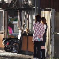 民家に突っ込んだバイク=東大阪市で2019年5月23日午前0時53分、久保玲撮影