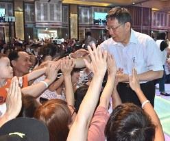 大勢の「柯粉」に握手を求められる柯文哲・台北市長=台湾南部・高雄市で2019年5月19日午後6時11分、福岡静哉撮影