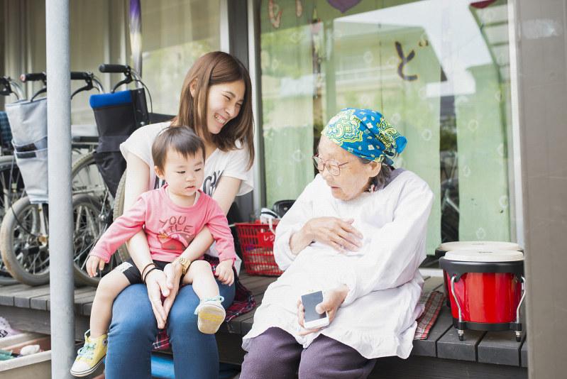 「あおいけあ」の施設内で談笑するお年寄りと介護スタッフ(加藤忠相氏提供)