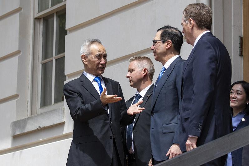 中国側の交渉責任者を務めた劉鶴副首相(左)。「持久戦」はいつまで続くか(Bloomberg)