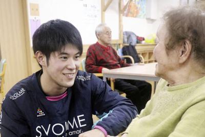 介護施設で利用者を相手にユマニチュードの実習をする旭川医科大の学生(左)=北海道旭川市で1月